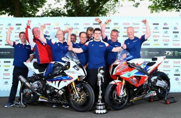 Michael Dunlop (centro) y el Hawk Racing/BMW Motorrad en el TT Isla de Man 2014.