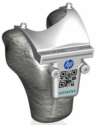 Guía de corte quirúrgico impresa en 3D a color de Siemens y HP con código QR escaneable.