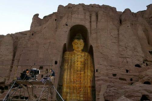 La imagen proyectada de una escultura de Buda en Bamiyan (Kamran Shafayee, AFP).