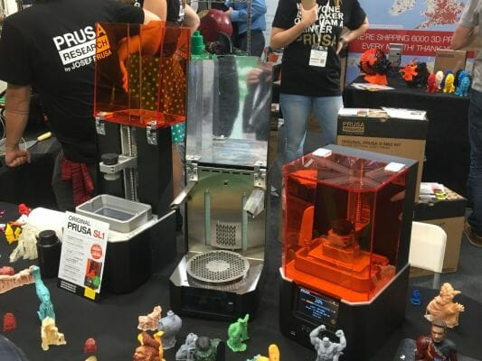 Impresora 3D Original SL1 y muestras impresas en 3D con resina en el TCT Show 2018.