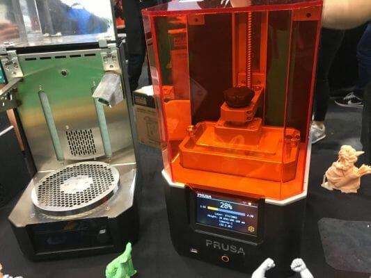 impresora 3D Original SL1 de Josef Prusa imprimiendo en 3D en el TCT Show 2018.