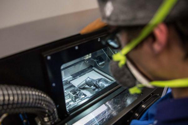Postprocesamiento de piezas metálicas impresas en 3D en Liebherr. Foto de Liebherr